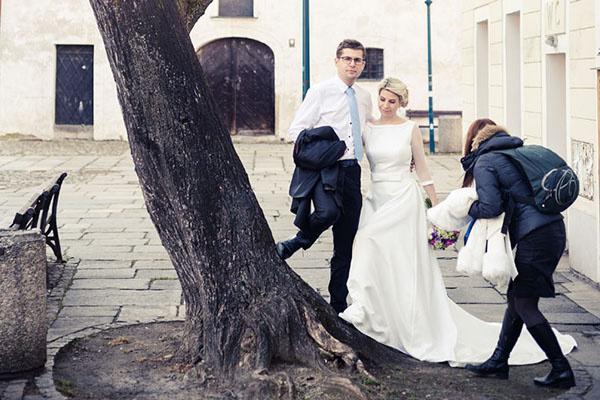 asistentka fotografa na svatbě